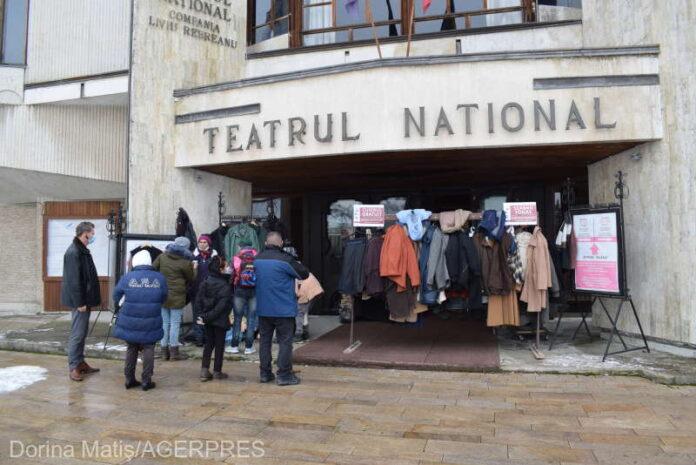 """Mureş: Numeroşi oameni au donat îmbrăcăminte şi încălţăminte de iarnă pentru """"Cuierul gratuit"""", destinat familiilor sărace"""