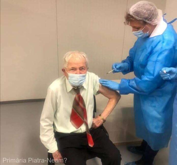 Un bătrân de 93 ani, cea mai vârstnică persoană din Piatra-Neamţ care s-a vaccinat împotriva COVID-19